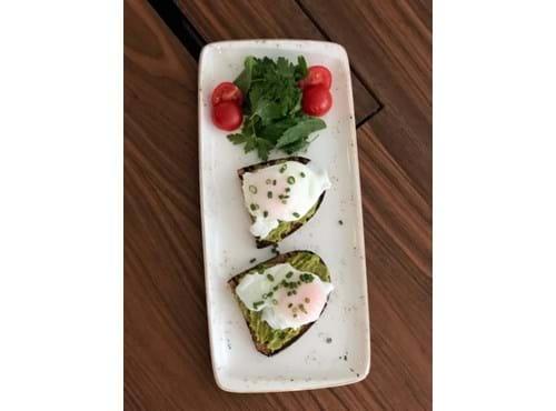 Needion - Ekşi Maya Ekmeği Üzerine Guacamole Sos ve Poşe Yumurta