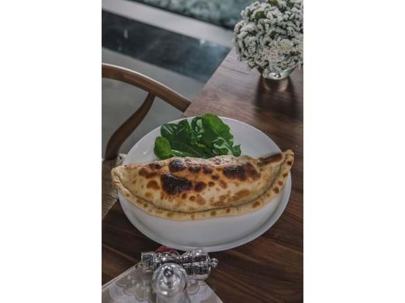 Needion - Kaburga Etli Sicilya Usulü Calzone Pizza (Kapalı Pizza)